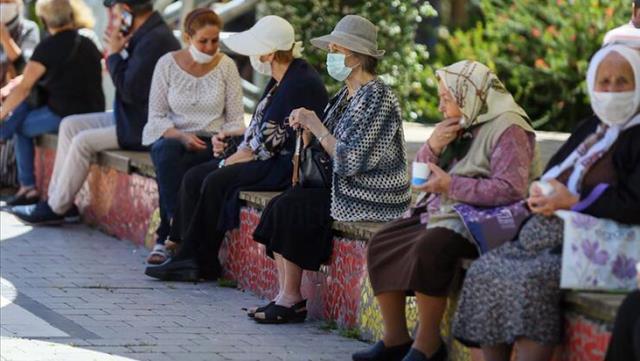 Düşük ve orta riskli illerde 65 yaş üstü ve 20 yaş altı sokağa çıkma kısıtlaması kaldırıldı
